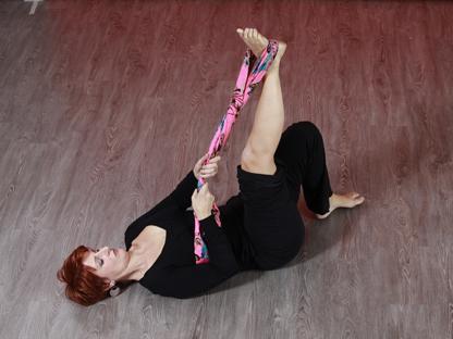 Focus sulla schiena: esercizio a terra con la fascia