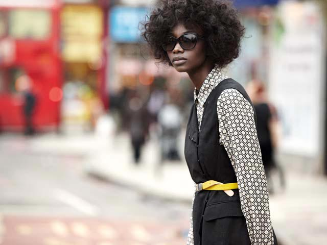 Camicia Malìparmi, abito Dries Van Noten, cintura Antipodium, occhiali Chanel.