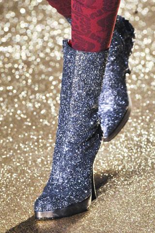 Dettaglio di sfilata dalla collezione di Vivienne Westwood.