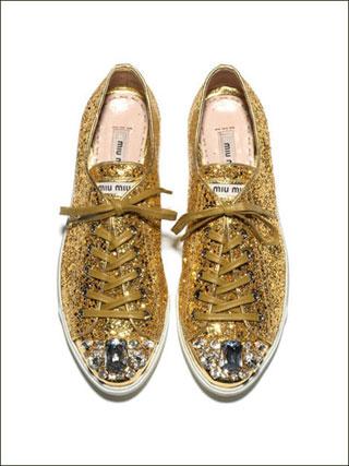 Sneaker glitterate con pietre dure sulla punta, Miu Miu (a partire da 295€).