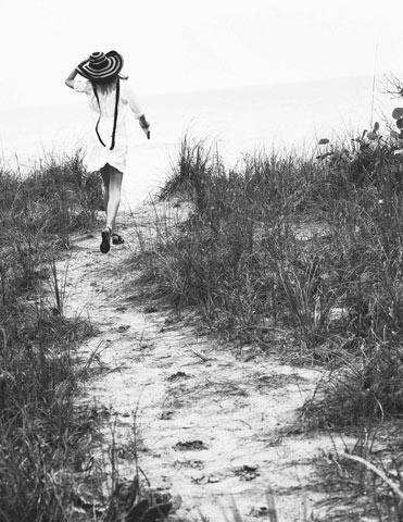 Chemisier di cotone a pieghe, Chanel. Cappello Prada; sandali Tod's. Capelli Jean Pierre Van Cauwenberghe@ Aurelien Paris, trucco Cynthia Sobek@See Management Using Avene Skin Care&Dior Cosmetics. Modella Amy Hixson@Marilyn